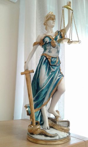 Άγαλμα Θέμιδας στο δικηγορικό γραφείο Βασιλικής Γερογιάννη